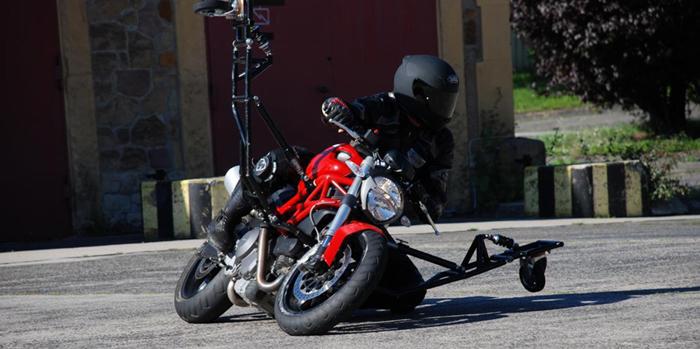 Ducati Monster 696 in Schräglage